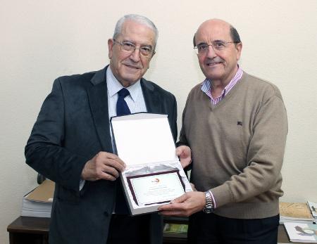 Manuel Muelas Peña (izda.) entrega una placa conmemorativa a Tomás Rubio Fernández, en reconocimiento a su labor en favor del sector de la madera, durante ocho años al frente de FEIM